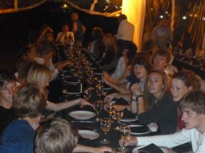 Junge Segler üben sich im Essen mit Messer und Gabel