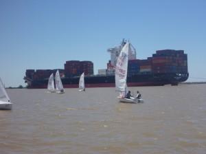 Flotte begegnet riesigen Container Schiffen