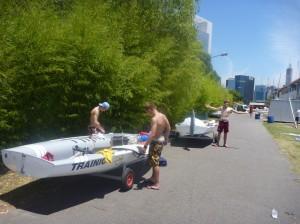 Zwei Segler machen ihr Boot klar
