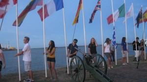 Teilnehmer hissen ihre Nationalflaggen bei der Eröffnung