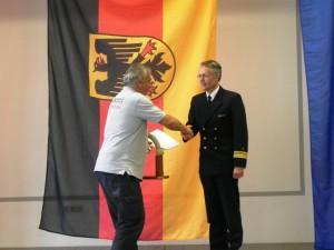 Der Skipper schüttelt dem Kommodore bei der Siegerehrung die Hand