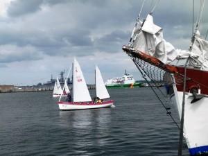 Zwei Kutterboote laufen in den Hafen ein